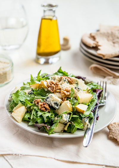 green salad with walnuts